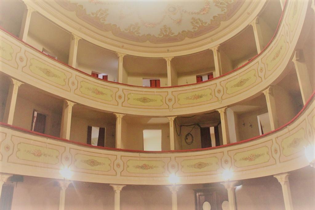 teatro più piccolo d'italia: teatro dei rassicurati montecarlo in toscana