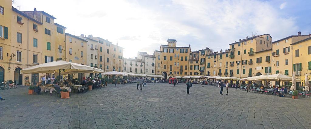 piazza del mercato lucca